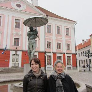 opiskelijat Tarton yliopiston edessä