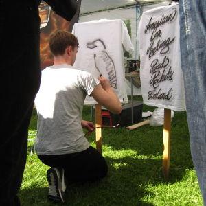 Karl Hagner prövar på pinstripemålning