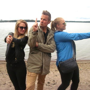 Elisabeth Gjestland, Jontti Granbacka och Kristine Andora Nilsen leker Charlie's Angels på stranden