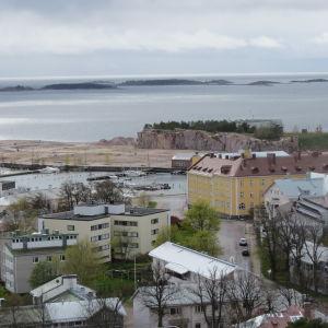 Östra hamnen och Drottningberg sett från vattentornet i Hangö.