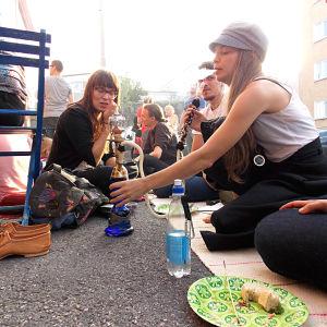 Folk sitter på gatan och festar.