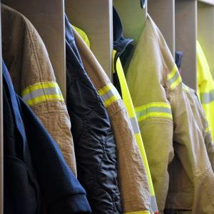 Brandmännens kläder hänger i skåpen.