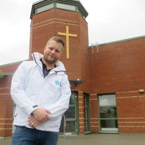 Alexander Christiansson utanför en kyrka