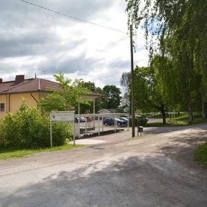 Vid Kyrkfjärdens skola i Ingå borde trafiken göras säkrare.