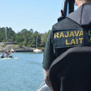 Jari Linkka kör kustbevakningens båt.