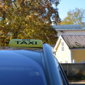 Taxiskylt på en taxibil.