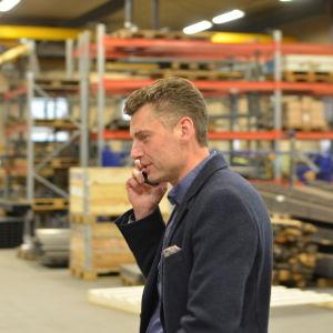 Vd Christian Juslin talar i telefon
