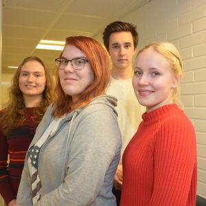 Tre unga kvinnor och en ung man står tillsammans. De är elever i Hangö gymnasium och heter Johanna Bäckman, Pontus Ahlvik, Jenni Rahja och Emilia Multisilta.