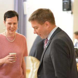 Maarit Feldt-Ranta och Thomas Blomqvist skrattar och pratar.