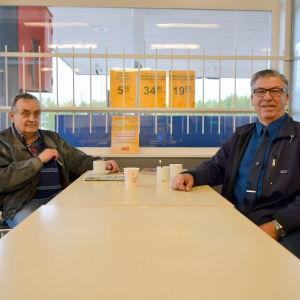 Ahti Somppi och Krister Båsk på kaffepaus i Solf.