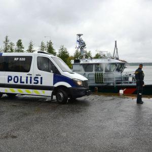 Polisen och sjöbevakningen vid Replotbron.