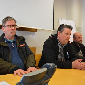 Markägaren Johan Backlund och rovdjurskontaktpersonerna Ove Bergman och Mikael Hägglund på pressinfo om vargen.