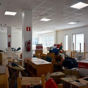 Ett rum fyllt med möbler och flyttlådor.