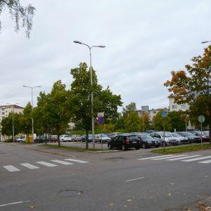 Parkerade bilar på Garvartorget i Lojo.