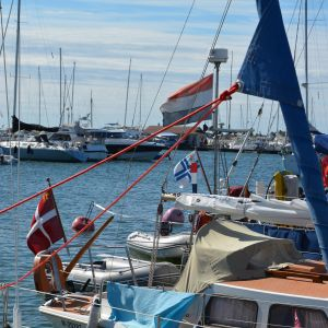 En hel del utländska flaggor syns i gästhamnen i Hangö.