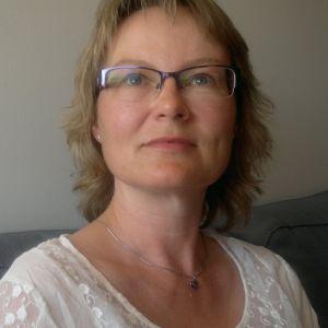 Utesluten ur Jehovas vittnen. Annette Lindbom från Pargas förlorade äldsta dottern och hela släkten då hon uteslöts ur Jehovas vittnen.