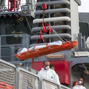 Kvarlevorna efter en drunknad migrant på ett fartyg i Pieta, Malta i oktober 2013
