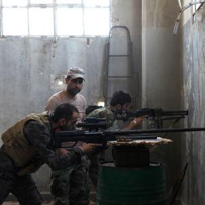 Syriska regeringssoldater försvarar sig mot rebeller som har inlett en ny storoffensiv för att bryta belägringen av östra Aleppo