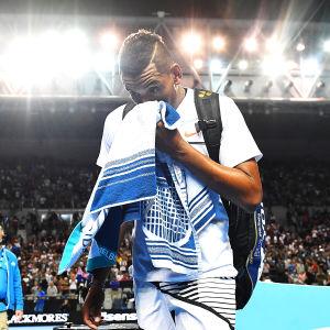 Nick Kyrgios lämnar banan efter förlust i Australian Open.
