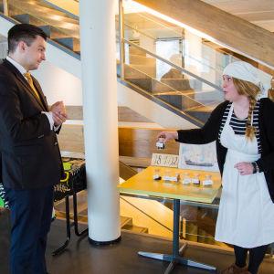 Riksdagsledamot Joakim Strand och museipedagog Sini Björkholm