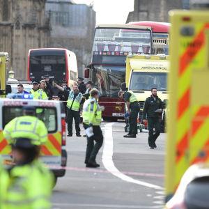 Polispådrag efter attack vid Westminster Bridge och parlamentet i London.