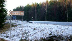Skyltning vid stamväg 51 i Ingå om gravarna 1918.