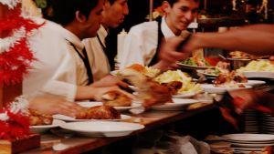 Tarjoilijat hakevat ruoka-annoksia keittiöstä
