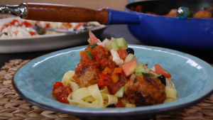 Grekiska lammköttbullar med tomatsås och grekisk sallad