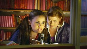 Sara Melleri ja Hanna Juvonen puhuvat mikrofoniin