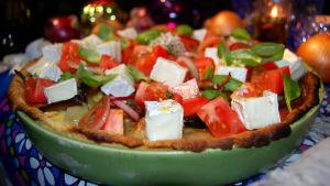 Lökpaj med ugnsbakad, kokt och stekt lök, tomat och getost