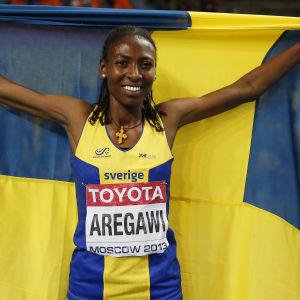 Abeba Aregawi med den svenska flaggan.