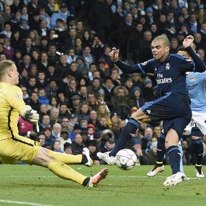 Pepe hade matchens bästa chanse, men Joe Hart räddade.
