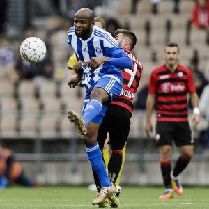 Ousman Jallow kämpar om bollen