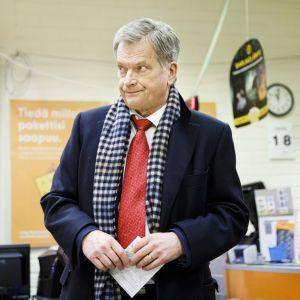 Sauli Niinistö förhandsröstar på posten i Munksnäs den 18 januari 2018.