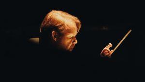 Jaakko Kuusisto dirigerar Indigo på Nationaloperan