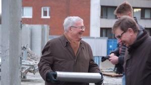 Ole Norrback och Mats Brommels i färd med att mura grundstenen.