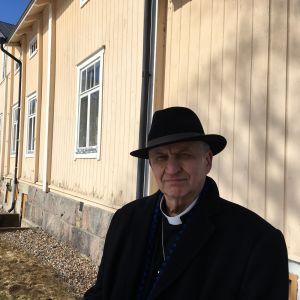 Kyrkoherde Harry Sanfrid Backström utanför prästgården i Pargas.