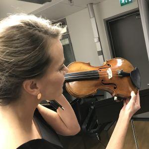 Radion sinfoniaorkesterin 2. konserttimestari Emma Vähälä tutkii Giovanni Battista Guadagninin v. 1746-47 rakentamaa viulua, jonka hän on saanut soitettavakseen LähiTapiolalta.