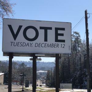 """""""Vote"""", det vill säga Rösta står det på den stora anslagstavlan invid en väg i Alabama"""
