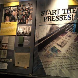 Starta pressarna står det på en av utställningsskärmarna på mediemuseet Newseum