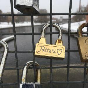 Lukkoja kiinnitettynä sillan kaiteeseen Tampereella.