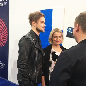 Man och kvinna intervjuas