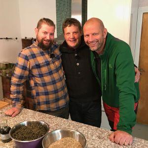 Kalle Dönsberg, Michael Björklund och Matias Ljungar står i ett kök. På bordet syns olika skålar med hampaprodukter.