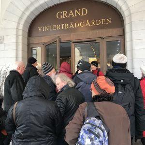 Trängsel utanför ingången till Grand Hotel.