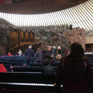 Turister innuti Tempelplatsens kyrka.