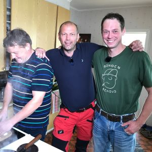 Michael Björklund, Matias Jungar och Mårten Holmberg står i ett kök.