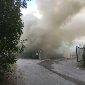 Riklig rökbildning under en lagerbrand i Reso.