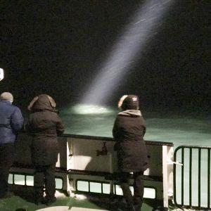 Räddningsarbetare har inte ännu funnit några spår av helikoptern, endast oljefläckar i Barents hav