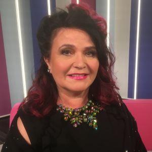 Meiju Suvas Puoli seitsemän studion sohvalla.