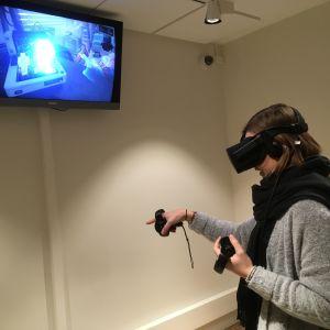 Reporter Milja Ångerman försöker få en fjäril att sätta sig på hennes finger i den virtuella världen.
